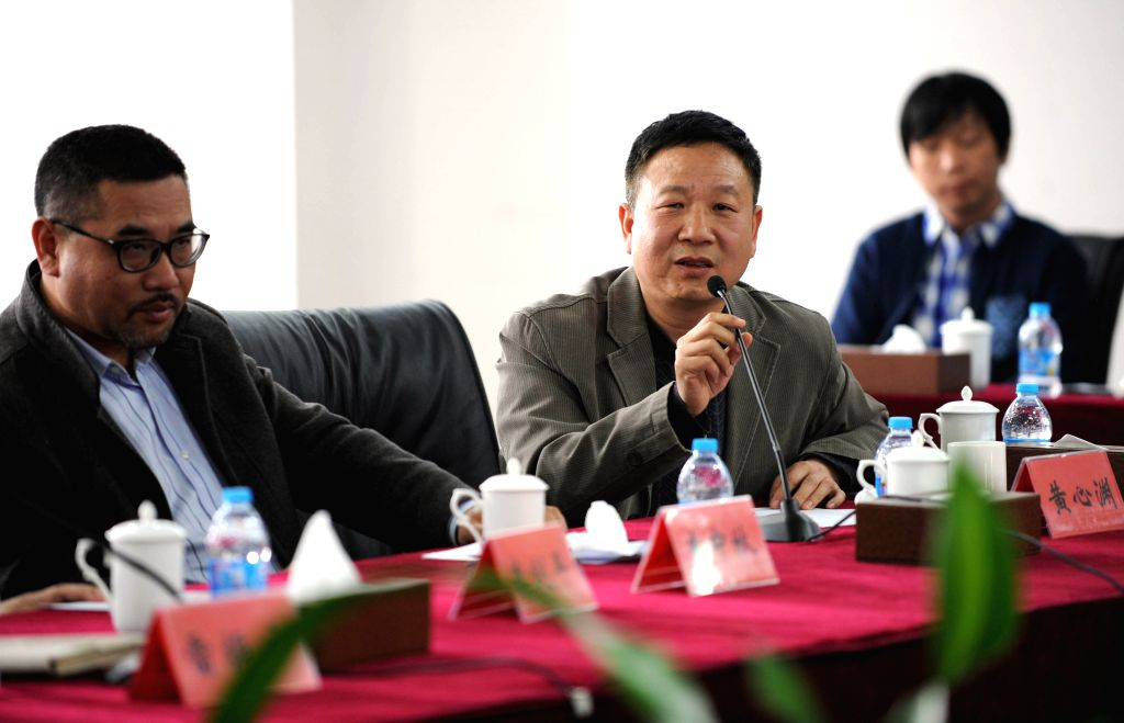 Huang Xinyuan (2nd, L), dean of the school of animation of Communication Universtity of China, exchanges ideas with Hollywood animation masters Mike Reiss and Mark ...