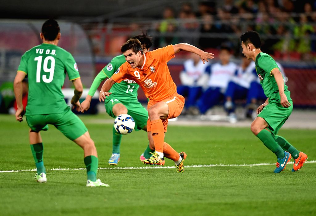 Andrija Kaluderovic (C) of Australia's Brisbane Roar breaks through during a Group G match at the AFC Champions League 2015 against China's Beijing Guoan  in ...