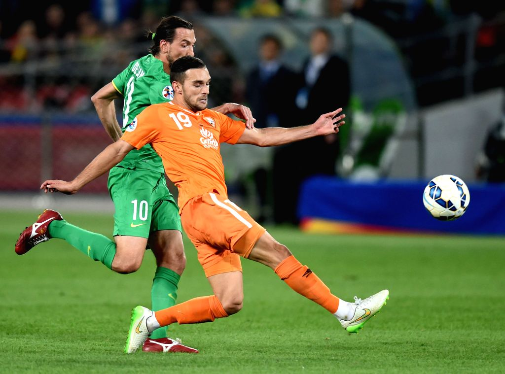 Jack Hingert (R) of Australia's Brisbane Roar vies with Dejan Damjanovic of China's Beijing Guoan during a Group G match at the AFC Champions League 2015 in ...