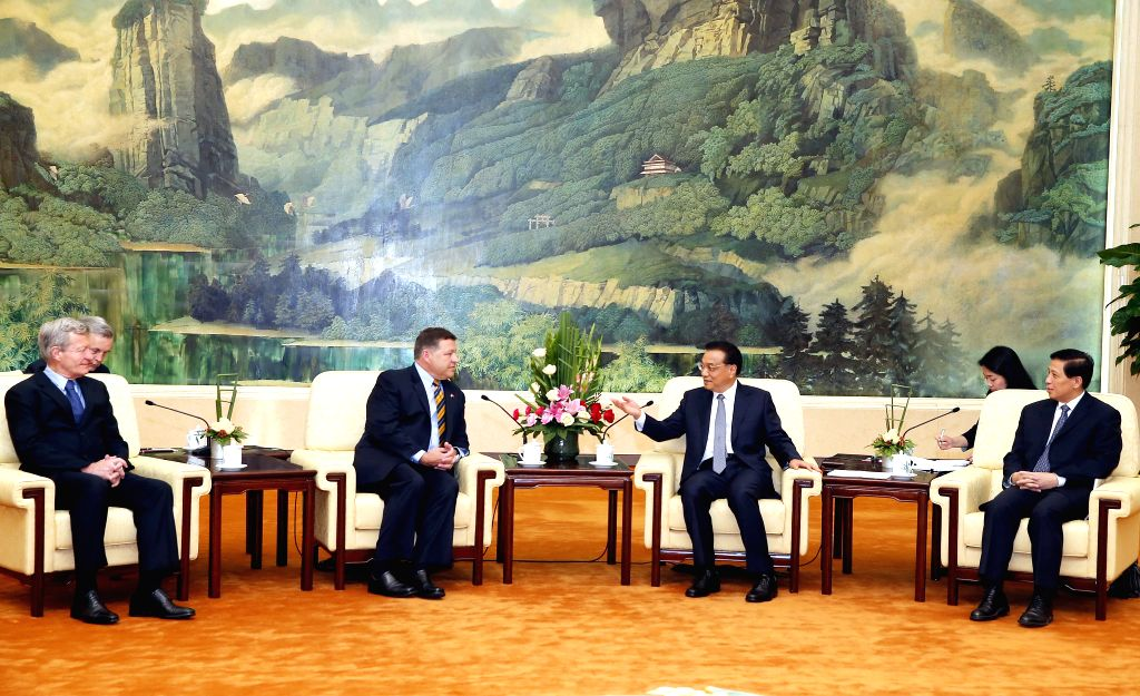 Chinese Premier Li Keqiang (3rd R) meets with a delegation of U.S. congressmen led by Bill Shuster (3rd L), chairman of the House Transportation and Infrastructure .