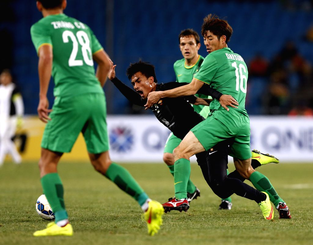 He Dacheng (R) of China's Beijing Guoan FC vies for the ball during the AFC Champions League football match against Thailand's Bangkok Glass FC in Beijing, Feb. 17,