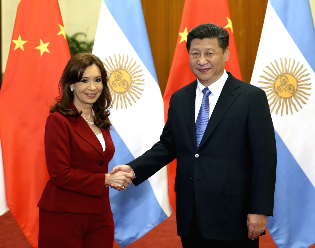 Chinese President Xi Jinping (R) shakes hands with Argentine President Cristina Fernandez de Kirchner during their talks in Beijing, capital of China, Feb. 4, 2015. .