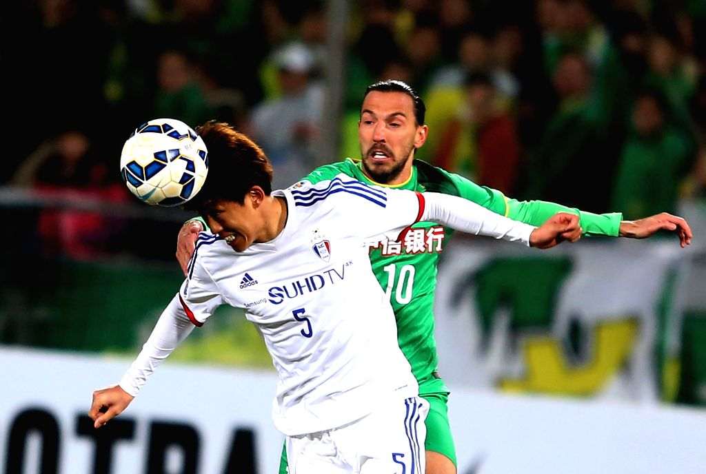 Jo Sungjin (L) of South Korea's Suwon Samsung FC vies with Dejan Damjanovic of China's Beijing Guoan during the Group G second round match at the 2015 AFC Champions ...