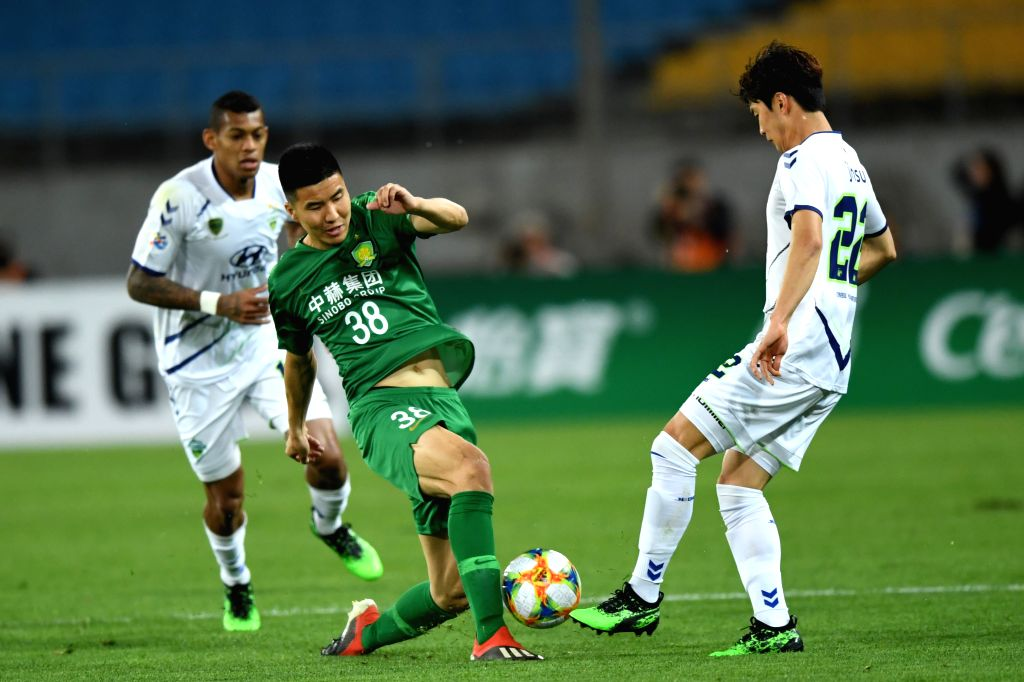 BEIJING, May 7, 2019 - Wang Gang (C) of China's Beijing FC vies with Kim Jinsu (R) of South Korea's Jeonbuk Hyundai Motors FC the group G match between China's Beijing FC and South Korea's Jeonbuk ...
