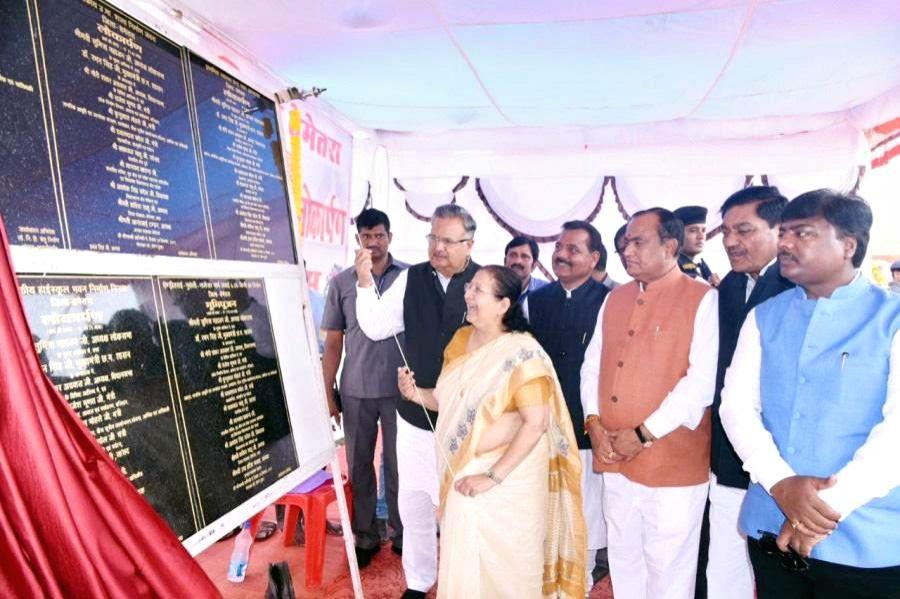 Bemetara: Lok Sabha Speaker Sumitra Mahajan dedicates various schemes to people in Bemetara, Chhattisgarh on Sept 19, 2017. Also seen Chhattisgarh Chief Minister Raman Singh and other ... - Sumitra Mahajan and Raman Singh