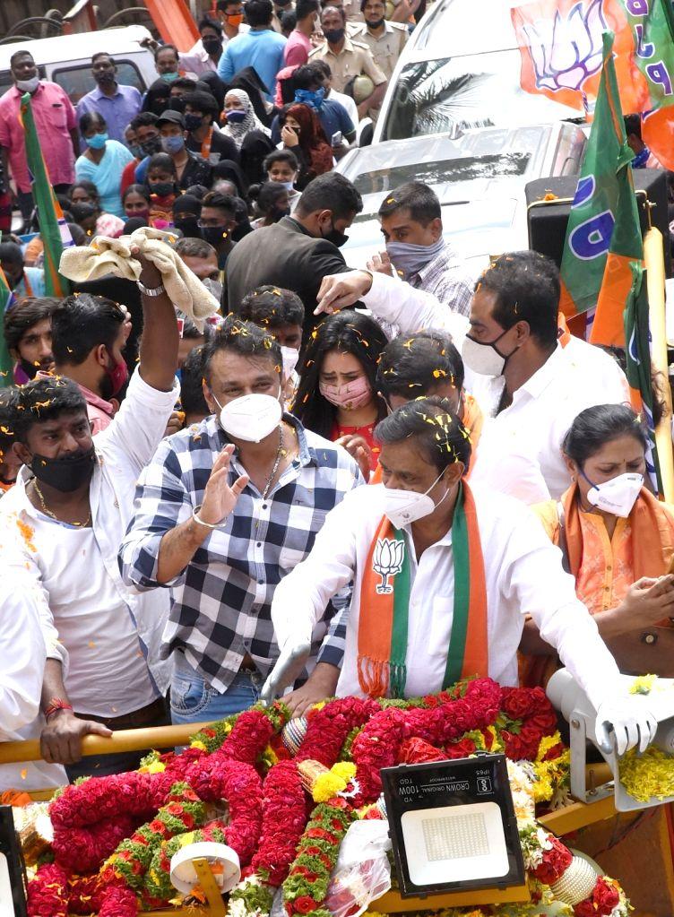 Bengaluru: Actor Darshan and BJP leaders campaign for Rajarajeshwari Nagar BJP candidate Munirathna ahead of Rajarajeshwari Nagar bypoll, in Bengaluru on Oct 30, 2020. (Photo: IANS) - Darshan