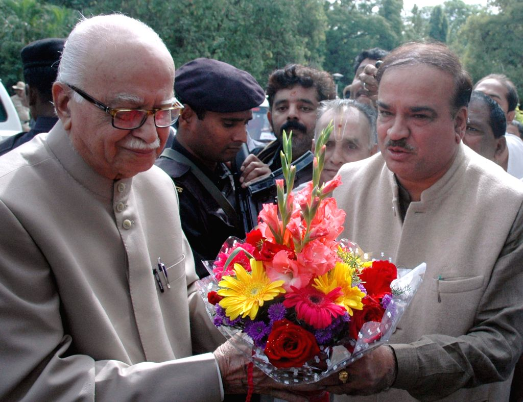 BJP veteran and party MP from Gandhinagar L K Advani being received by Union Chemicals and Fertilizers Minister Ananth Kumar in Bengaluru, on Nov 30, 2014. - Ananth Kumar