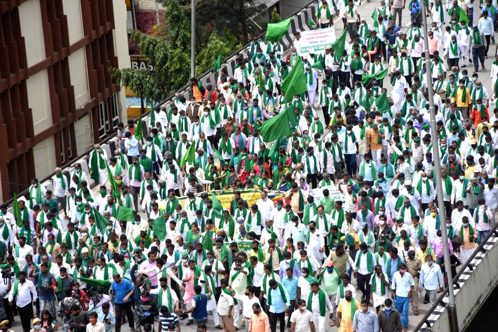 Bengaluru: Farmers under the banners of Karnataka Rajya Raitha Sangha (KRRS) and Hasiru Sene participate in a protest march against the Amendment in the Land Reforms Act, from City Railway station to Freedom Park in Bengaluru on Sep 21, 2020. (Photo: