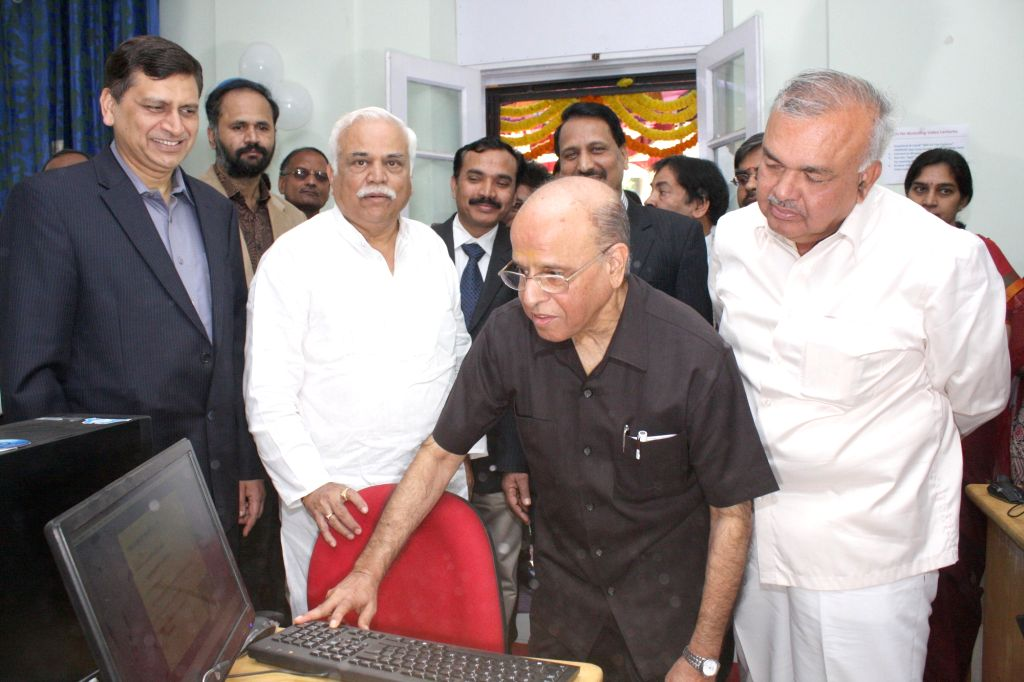 Bengaluru: Former ISRO chairman K Kasturirangan with Karnataka Ministers R.V. Deshpande and Ramalinga Reddy during a programme organised to inaugurate smart and virtual classes for first grade Government colleges in Bengaluru, on Jan 16, 2015. (Photo - R. and Ramalinga Reddy