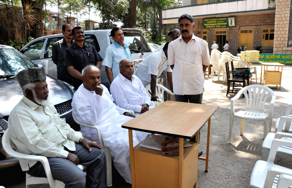 Former prime minister and JD (S) chief H D Deve Gowda sits outside the Race Course Road JDS Office which is being vacated after court`s order in Bengaluru on Feb 14, 2015.