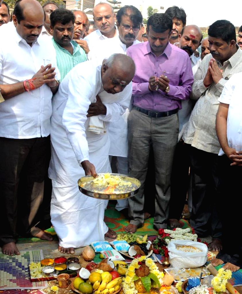 Former prime minister and JD (S) chief H D Deve Gowda performs  ground breaking ceremony of the new JD(S) office near Jakkarayanakere grounds in Bengaluru, on March 2, 2015.