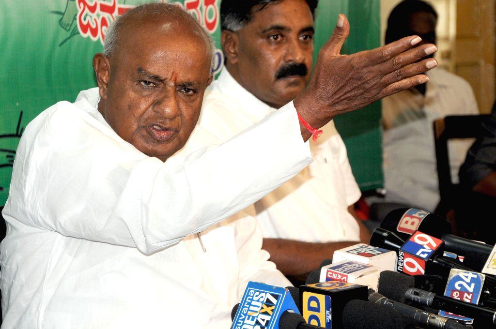 Former Prime Minister and JD(S) supremo HD Deve Gowda addresses a press conference in Bengaluru on Nov 11, 2014.