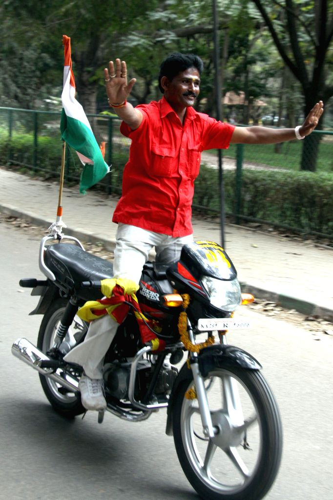 Bengaluru : Iranna Kundaragimath driving a motor-bike without holding the handle for 500 KMs from Bagalkot to Bangalore arrived in Bangalore to enter Limca Book of Records in Bengaluru on Jan. 29,  ..