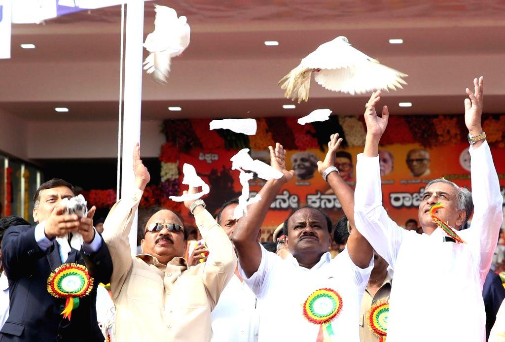 :Bengaluru: Karnataka Chief Minister HD Kumarswamy releases pigeons during 63rd Kannada Rajyotsava Day (Karnataka State Formation day) function at Kanteerava Stadium, in Bengaluru on Nov. 1, 2018. ...
