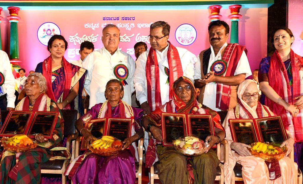 Karnataka Chief Minister Siddaramaiah during 2012 and 2013 Janapada Academy Award presentation ceremony at Samsa Auditorium in Bengaluru, on Dec 30, 2014. Also seen Karnataka Ministers  ... - Siddaramaiah, Ramalinga Reddy and Umashree
