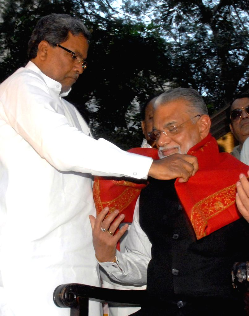 Karnataka Chief Minister Siddaramaiah felicitates  ISRO Chairman Dr K Radhakrishnan during 2014 Press Club Award Presentation programme in Bengaluru, on Dec 31, 2014. - Siddaramaiah