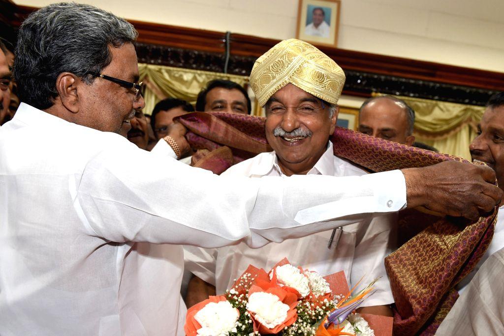 Karnataka Chief Minister Siddaramaiah greets Kerala Chief Minister Oommen Chandy on his arrival at Vidhan Soudha in Bengaluru, on April 15, 2015. - Siddaramaiah