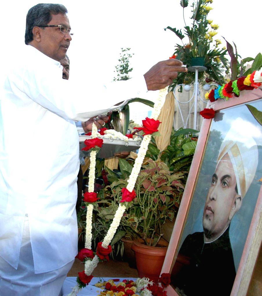 Karnataka Chief Minister Siddaramiah pays tribute to former Karnataka chief minister Kengal Hanumanthaiah on his death anniversary at Vidhana Soudha in Bengaluru, on Dec 1, 2014. - Siddaramiah