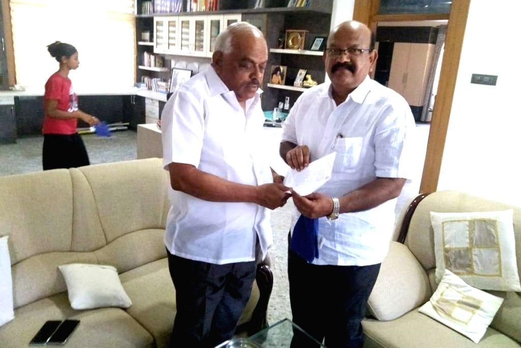 Bengaluru: Karnataka Congress MLA Umesh Jadhav (right) from Chincholi Assembly segment submits his resignation to Karnataka Assembly Speaker K.R. Ramesh Kumar at Kolar, near Bengaluru on March 4, 2019. (Photo: IANS) - K. and R. Ramesh Kumar