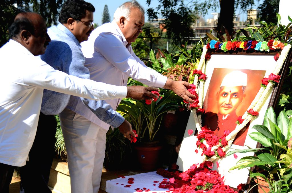 Karnataka Transport Minister Ramalinga Reddy offers floral tribute to former prime minister Lal Bahadur Shastri on his 49th death anniversary at Vidhan Soudha in Bengaluru, on Jan 11, ... - Ramalinga Reddy