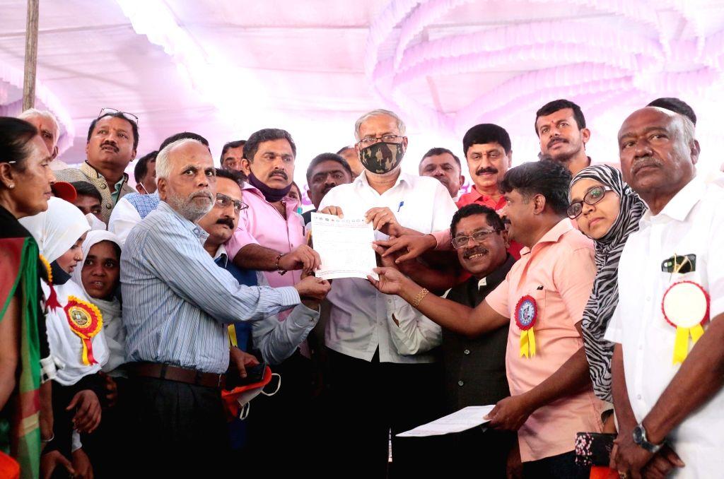 Bengaluru : Members of the Karnataka Private School Managements, Teaching and Non-Teaching Staff Coordination Committee (KPMTCC) submitting a memorandum to Minister Suresh Kumar during their protest ... - Suresh Kumar