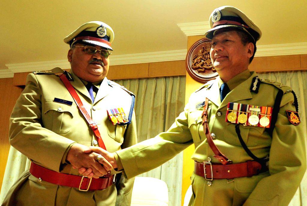 Outgoing Karnataka DG and IGP Lalrokhuma Pachuau with incoming Karnataka DG and IGP Om Praksah in Bengaluru, on Feb 28, 2015.