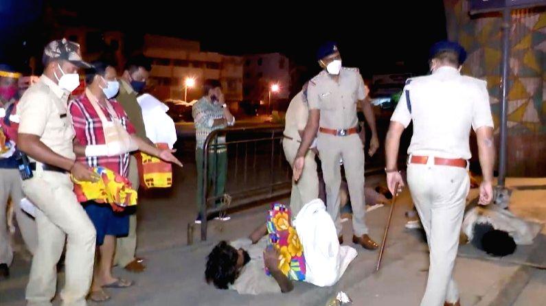 Bengaluru police distribute blankets to pavement dwellers