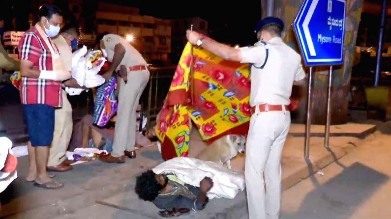 Bengaluru police distribute blankets to poor