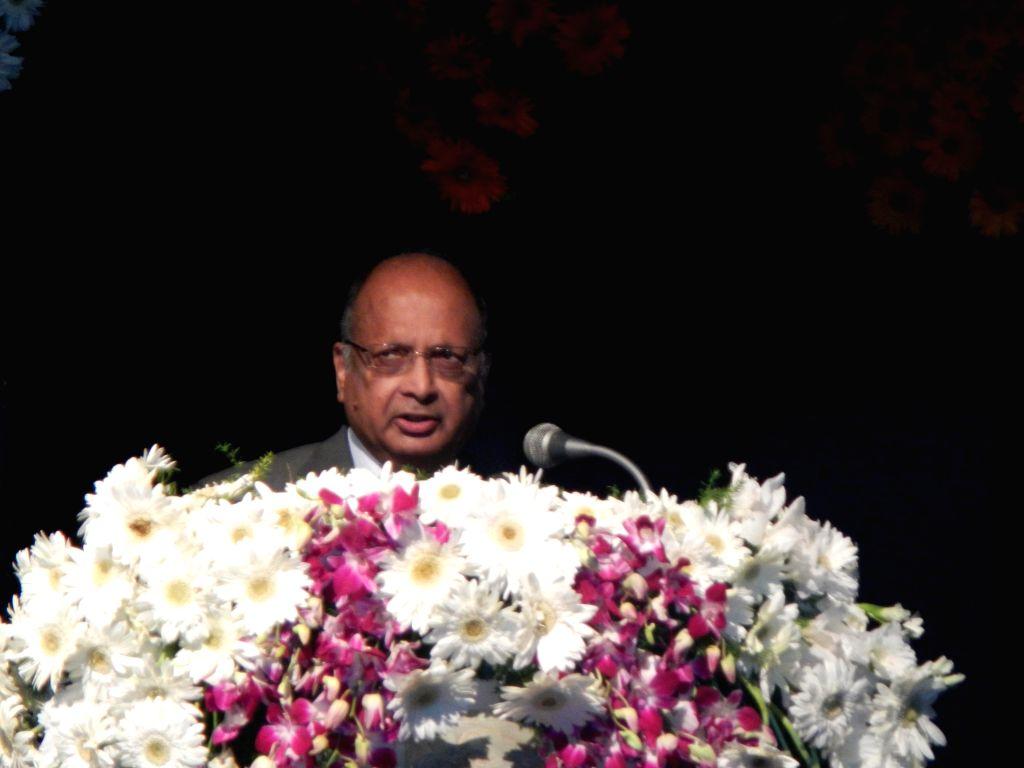 Professor Arogyaswami Paulraj addresses during Admiral Pereira Memorial Lecture organised in Bengaluru on Jan 10, 2015.