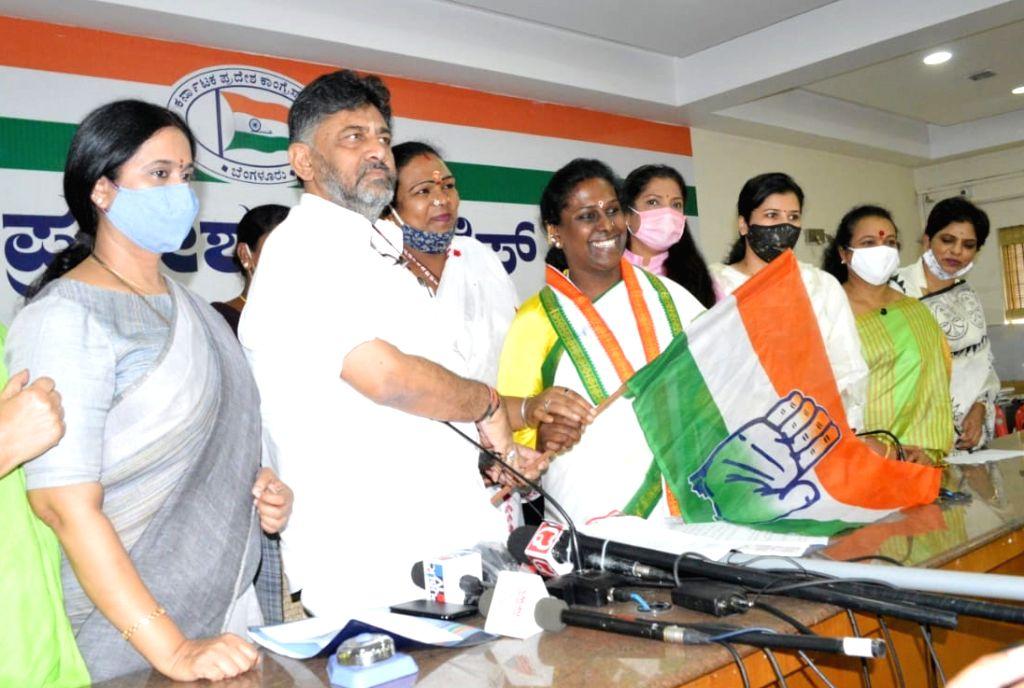 Bengaluru: Social activist and Mangalamuki leader Dr. Akkai Padmashali and Mangalamuki members joined the Congress party in the presence of KPCC President DK Shivakumar at KPCC office, also seen are MLAs Sowmya Reddy, Lakshmi Hebbalkar, Anjali Nimbal - Sowmya Reddy