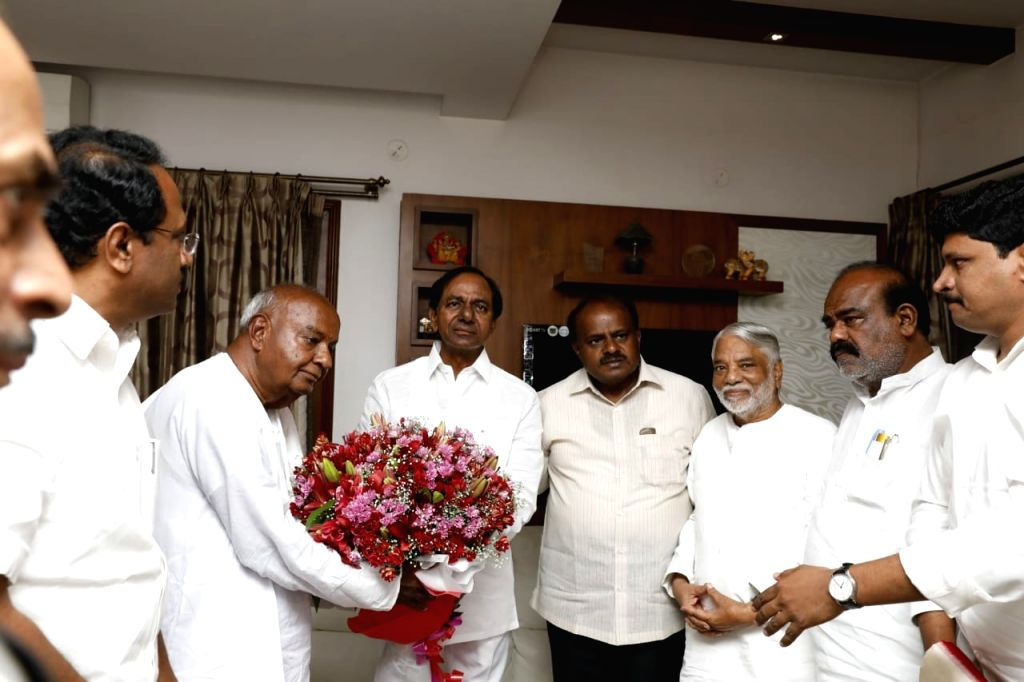 : Bengaluru: Telangana Chief Minister K Chandrasekhar Rao arrives at the residence of JD(S) chief H.D. Deve Gowda on the eve of the swearing-in ceremony of Karnataka Chief Minister-designate H. D. ...