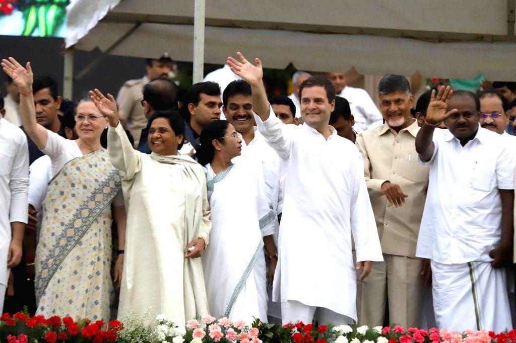 Bengaluru: UPA chairperson Sonia Gandhi, Congress President Rahul Gandhi, Samajwadi Party supremo Akhilesh Yadav, BSP chief Mayawati, West Bengal Chief Minister Mamata Banerjee and Andhra Pradesh Chief Minister N. Chandrababu Naidu at the swearing in - Mamata Banerjee, Sonia Gandhi, Rahul Gandhi, Akhilesh Yadav and N. Chandrababu Naidu