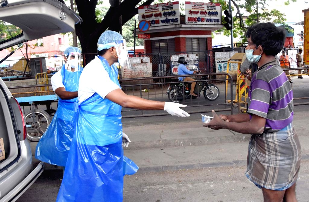 Bengaluru: Volunteers distributed free food for poor people at KR Market during the Coronavirus Pandemic, in Bengaluru on Saturday 1st May 2021.(Photo: Dhananjay Yadav/IANS) - Dhananjay Yadav