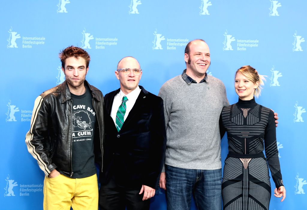 BERLIN, Feb. 16, 2018 - Directors David Zellner (2nd L) and Nathan Zellner (2nd R) pose for photos with actor Robert Pattinson (1st L) and actress Mia Wasikowska during the photocall of film ... - Robert Pattinson