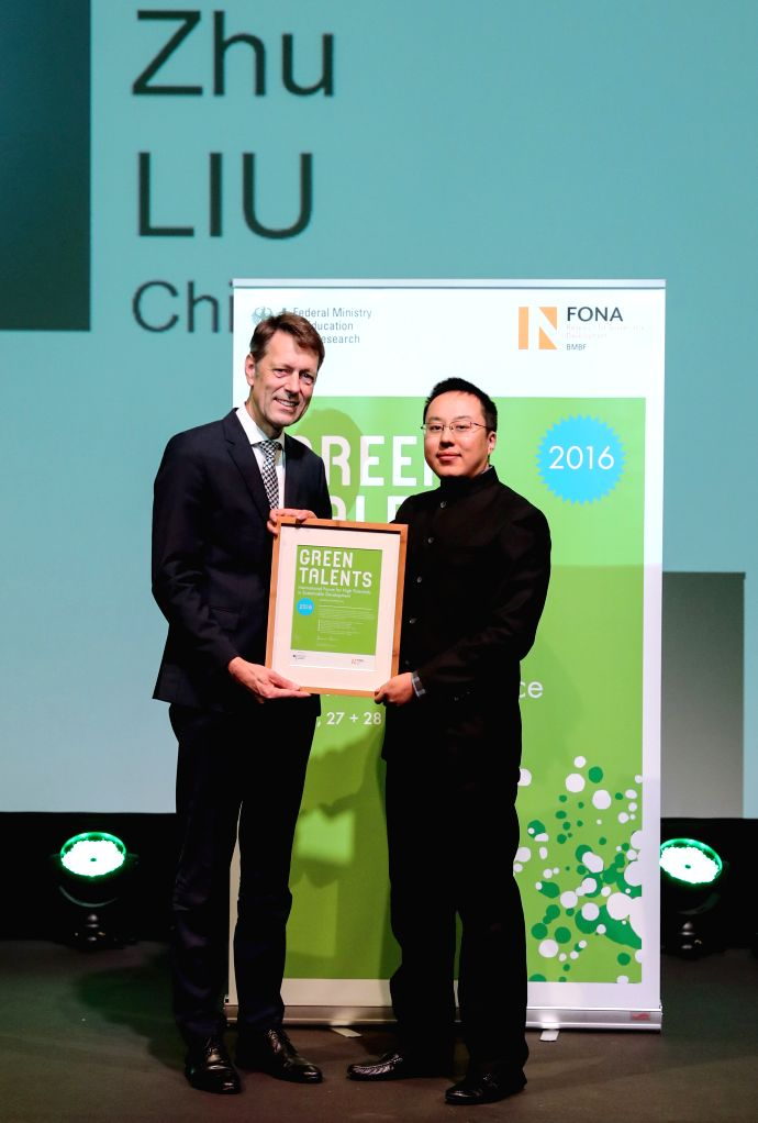 "BERLIN, Oct. 28, 2016 - Liu Zhu (R) receives the ""Green Talents"" prize in Berlin, Germany, on Oct. 27, 2016. The German Ministry of Education and Research on Thursday awarded 25 ..."