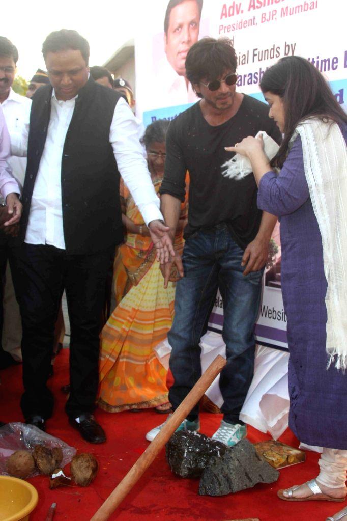 Bharatiya Janata party (BJP) leader Poonam Mahajan, actor Shah Rukh Khan and BJP, Mumbai President Ashish Shelar during the bhumi poojan of Mohammed Rafi Chowk in Mumbai, on Oct 26, 2016. - Shah Rukh Khan and Poonam Mahajan