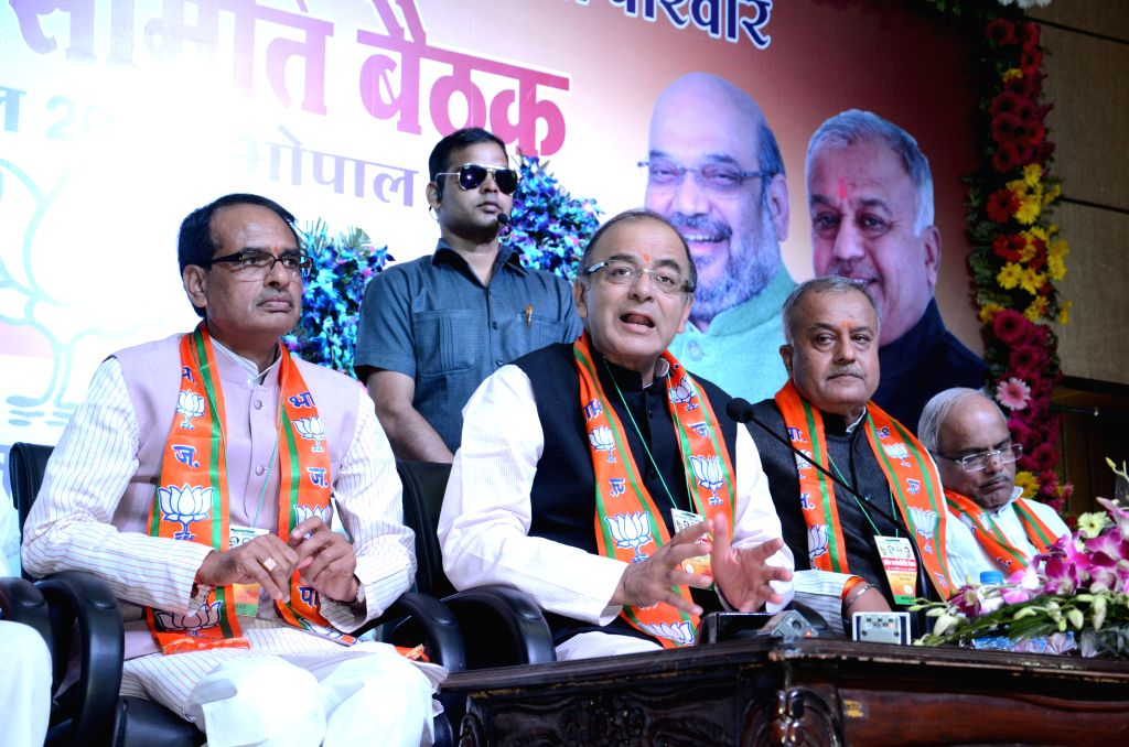 Madhya Pradesh Chief Minister Shivraj Singh Chouhan, Union Finance Minister Arun Jaitley and other during the BJP state working committee meet at party office in Bhopal on April 9, 2015. - Shivraj Singh Chouhan and Arun Jaitley