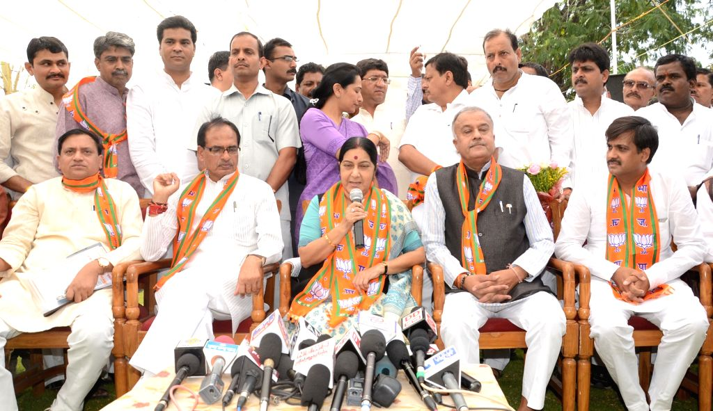 Union External Affairs Minister Sushma Swaraj, Madhya Pradesh Chief Minister Shivraj Singh Chouhan and others during a `Maha Sampark Abhiyan` in Bhopal on May 2, 2015. - Sushma Swaraj and Shivraj Singh Chouhan
