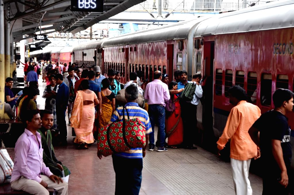 Bhubaneswar: Passengers board the special train from Puri to Shalimar run by East Coast Railway (ECoR) for tourists in view of the landfall of cyclonic storm Fani on the Odisha coast; at Bhubaneswar Railway Station, on May 2, 2019. The cyclonic storm