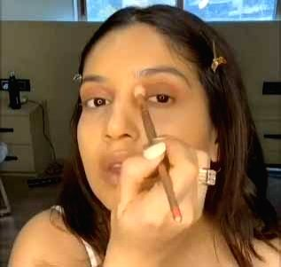 Bhumi Pednekar gives make-up lessons on social media.