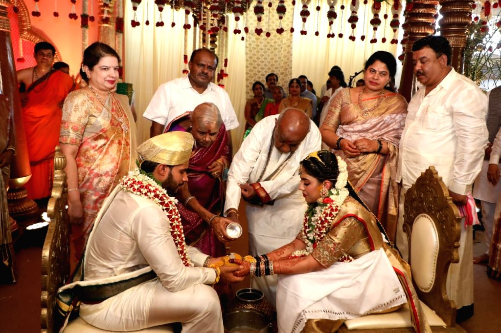 Bidadi: Former Prime Minister and JD-S President H. D. Deve Gowda along with his wife, performs rituals during the wedding of his grandson Nikhil Gowda as his son and Former Karnataka Chief Minister H.D. Kumaraswamy and daughter-in-law Radhika Kumara - H.