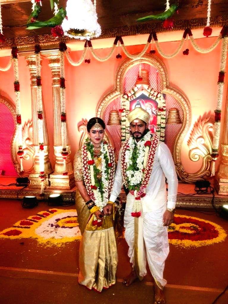 Bidadi: Newly weds Former Karnataka Chief Minister H.D. Kumaraswamy's son Nikhil Kumaraswamy and Revathi, 22, grandniece of state Congress leader M. Krishnappa at their wedding ceremony at a farmhouse at Kethaganahalli near Bidadi in Karnataka during - H.