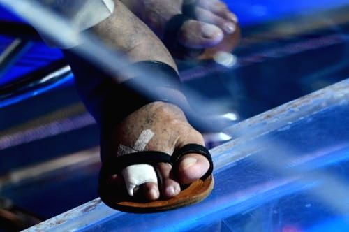 Big B shows fractured toes on sets of 'KBC 13