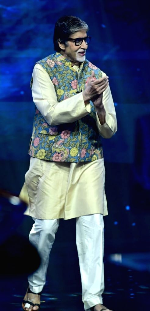 Big B shows injured toes on the sets of 'KBC13'.