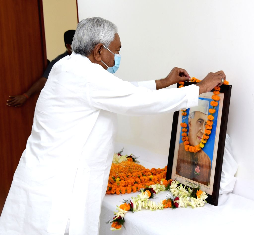 Bihar Chief Minister designate Nitish Kumar pays tributes to the first Prime Minister Pandit Jawaharlal Nehru on his 131st birth anniversary, in Patna on Nov 14, 2020. - Pandit Jawaharlal Nehru and Nitish Kumar