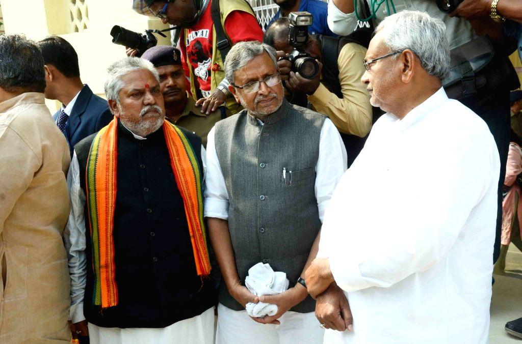 Bihar Chief Minister Nitish Kumar and BJP leader Sushil Kumar Modi arrive to pay their last respect to Rashtriya Lok Samata Party (RLSP) MLA Basant Kumar Kushwaha who died of heart attack in ... - Nitish Kumar, Sushil Kumar Modi and Basant Kumar Kushwaha