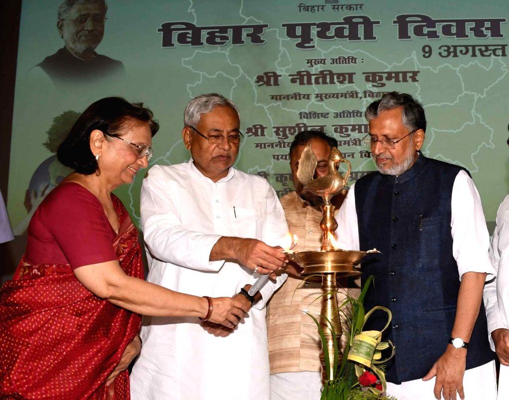 Bihar Chief Minister Nitish Kumar and Deputy Chief Minister Shushil Kumar Modi lights a lamp during Bihar Earth Day-2017 at Gyan Bhawan in Patna on Aug 9, 2017. - Nitish Kumar and Shushil Kumar Modi