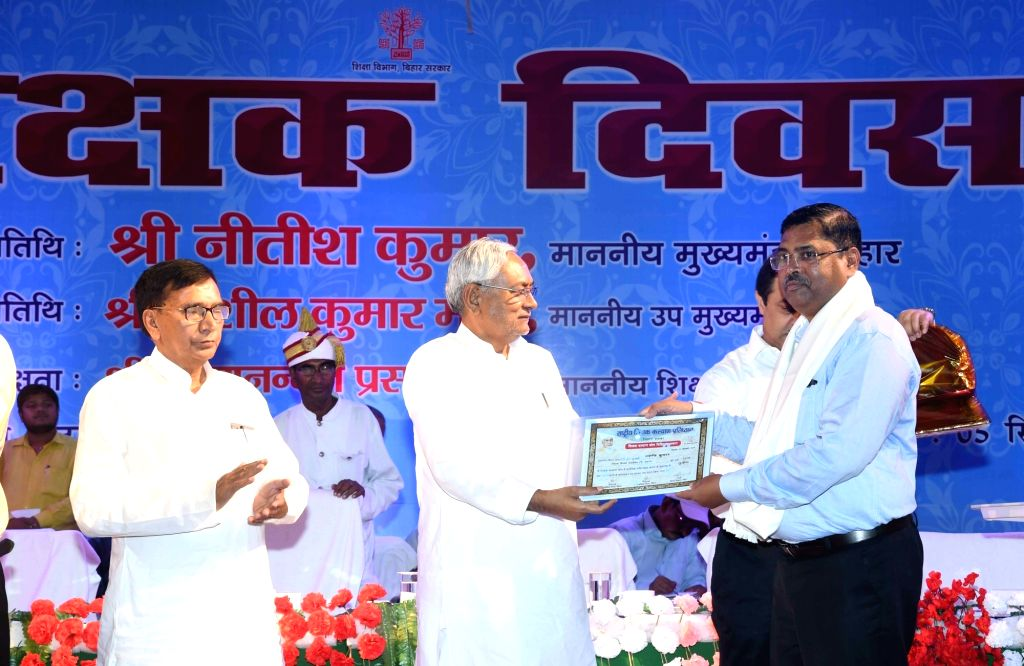 Bihar Chief Minister Nitish Kumar felicitates teachers on the occasion of Teachers' Day, in Patna on Sep 5, 2019. - Nitish Kumar
