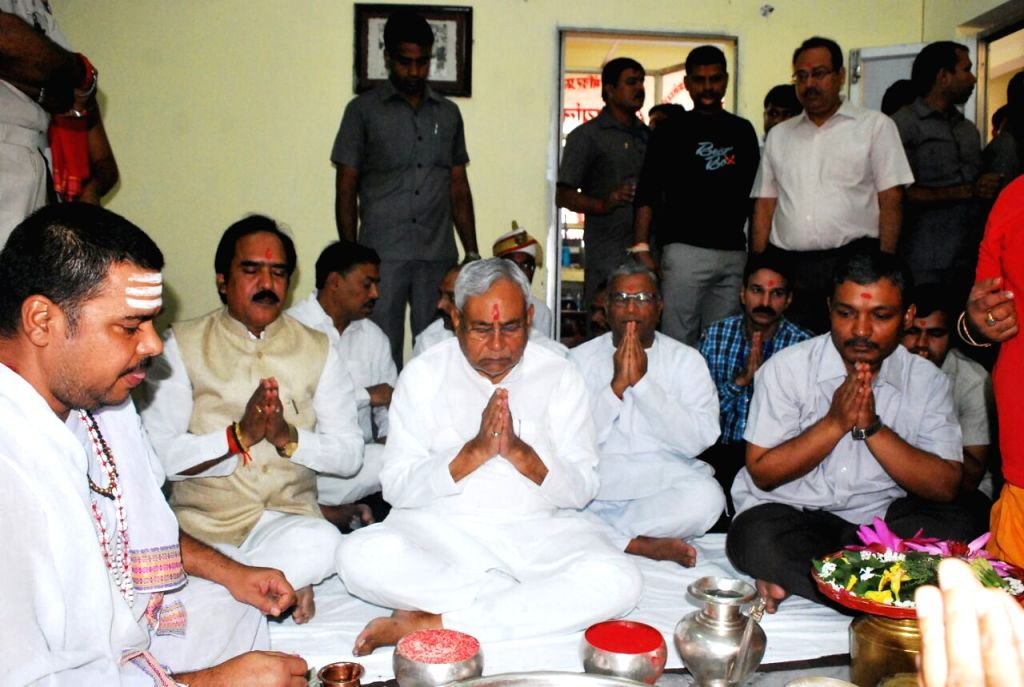 Bihar Chief Minister Nitish Kumar offers prayers at Baba Baidyanath dham in Deoghar on Oct 26, 2016. - Nitish Kumar