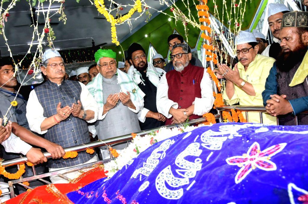 Bihar Chief Minister Nitish Kumar offers prayers during his visit to the High Court Mazar in Patna, on Nov 14, 2019. - Nitish Kumar